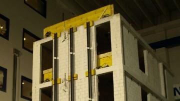 A Pavia il test sismico su un edificio di 4 piani