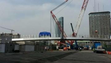 La gru piu' grande in Europa posa un ponte pedonale di 68 metri