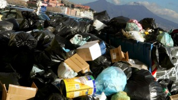 La crisi 'taglia' i rifiuti urbani