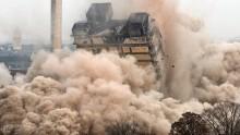 La spettacolare demolizione di una torre in Germania