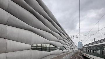 La texture 'gonfiata' in fibra di cemento di un deposito ferroviario a Zurigo
