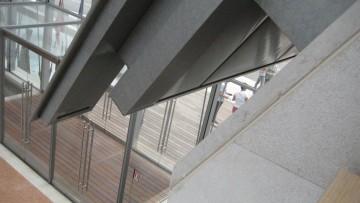 Le superfici metalliche accostate ad altri materiali: lapidei, vetro e legno