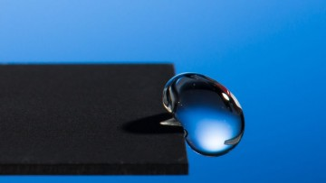La superficie super-idrorepellente che fa rimbalzare le gocce d'acqua | Video