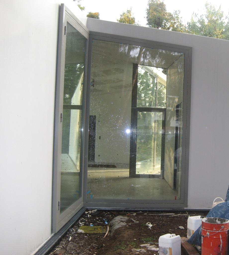 Un esempio di finestra in alluminio a taglio termico all'interno di edilizia celebre è presente in una casa a Casatenovo (LC), di Liverani e Molteni, 2010.