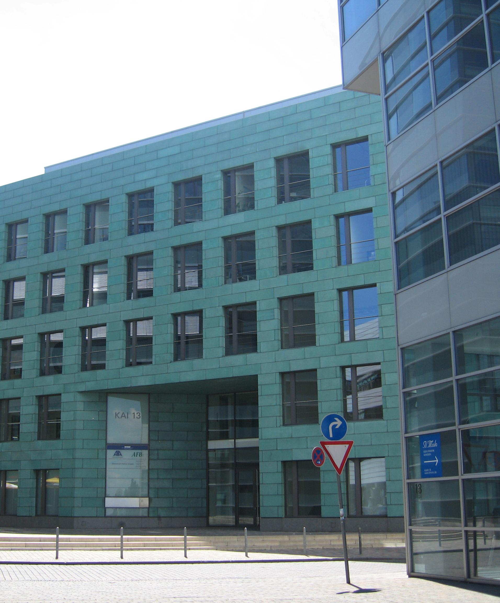 Facciata in rame preossidato verde (Kai 13, Düsseldorf, Germania, DDJ Architekten, 2003)