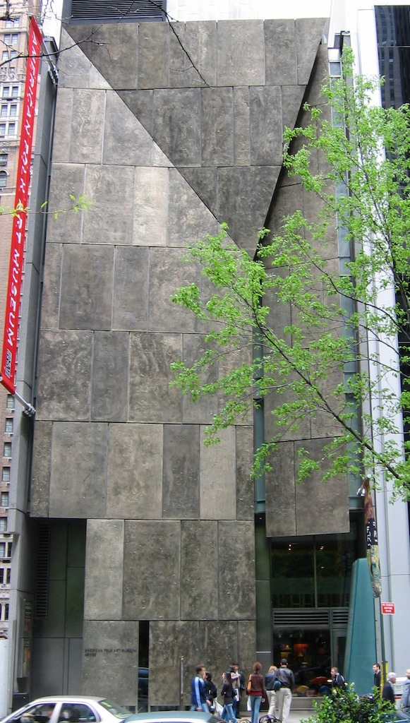 Facciata in Tombasil (Museo del Folklore Americano, New York, Tod Williams + Billie Tsien Architects, 2001)
