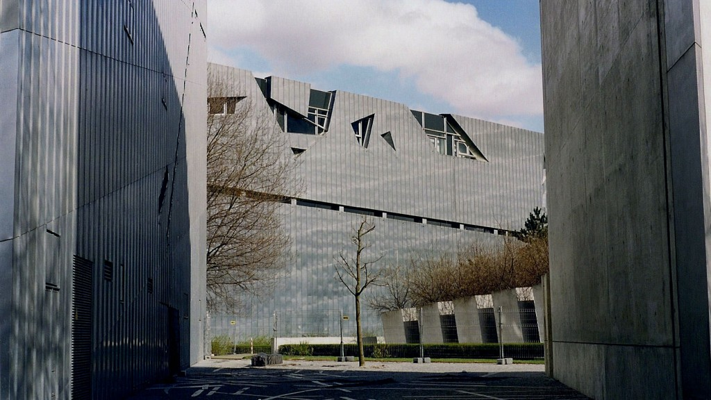 Facciata in zinco-titanio del Jüdisches Museum di Berlino (Daniel Libeskind, 1999)