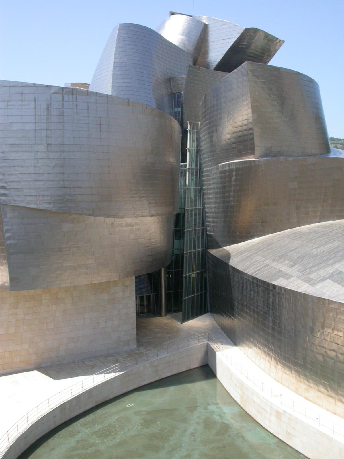 Premier 18_FIG 2_AUTORE_Lastre in titanio delle superfici esterne del Museo Guggenheim di Bilbao, Spagna (Frank Gehry, 1997)