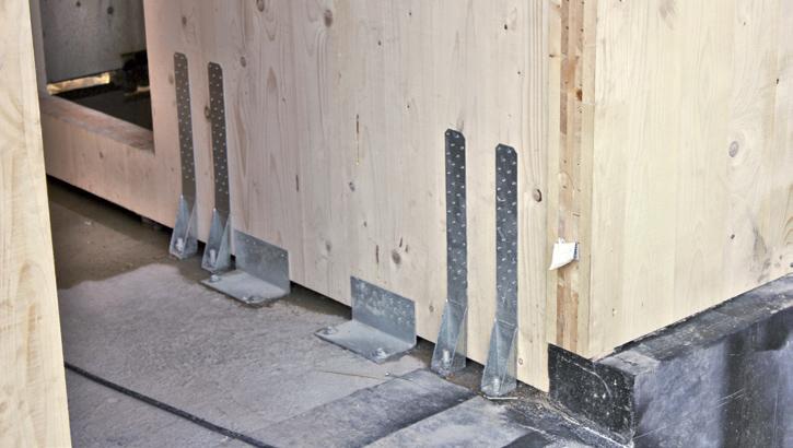Ancoraggio dei pannelli XLAM alla base dei pannelli per strutture semplici (Foto Andrea Bernasconi)
