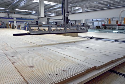 Zenari 1_FIG 2_Una delle fasi di produzione dei pannelli XLAM, applicazione della colla poliuretanica (Foto Davide Maria Giachino)