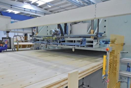 Zenari 1_FIG 4_Una delle fasi di produzione dei pannelli XLAM, ingresso del pannello nella pressa (Foto Davide Maria Giachino)