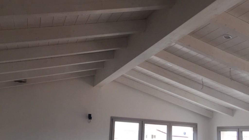 Illuminazione Soffitto Con Travi In Legno : Una nuova mansarda con tetto in legno per una casa in sardegna