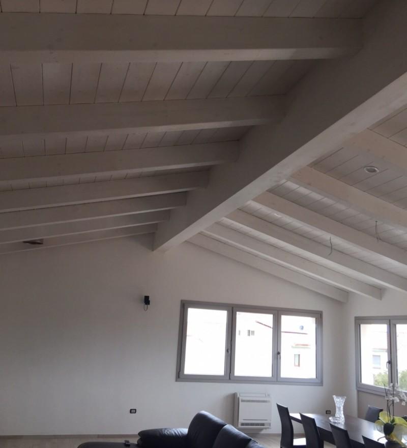 Una nuova mansarda con tetto in legno per una casa in for Mansarda in legno bianco