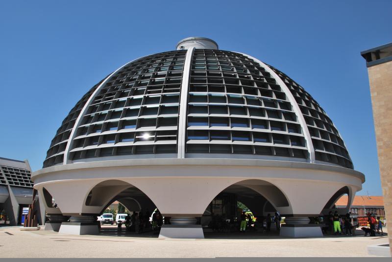(L'edificio principale del nuovo Centro della Protezione Civile di Foligno (ex zona sismica 1), isolato con 10 HDRB e collaudato nel 2011)