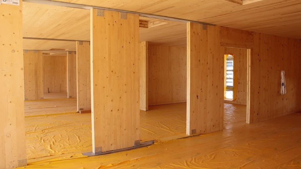 Pareti in XLAM in una struttura scatolare in legno (Foto Andrea Bernasconi)