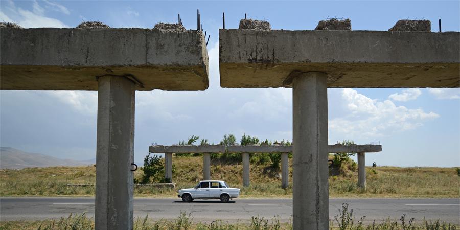 Un esempio di strutture abbandonate del bypass non completato nel 1990 a Gyumri (fonte: Lotti)