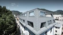 Scaglie in alluminio per rivestire il tetto di un edificio sopraelevato a Bolzano