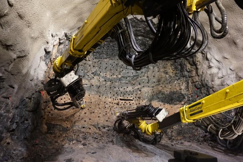 """Fase di perforazione del metodo """"Drill & Split"""", in cui si osserva l'elevato numero di fori (Condotte SpA)"""