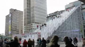 Com'è percorrere la maxi scala di MVRDV a Rotterdam: il video