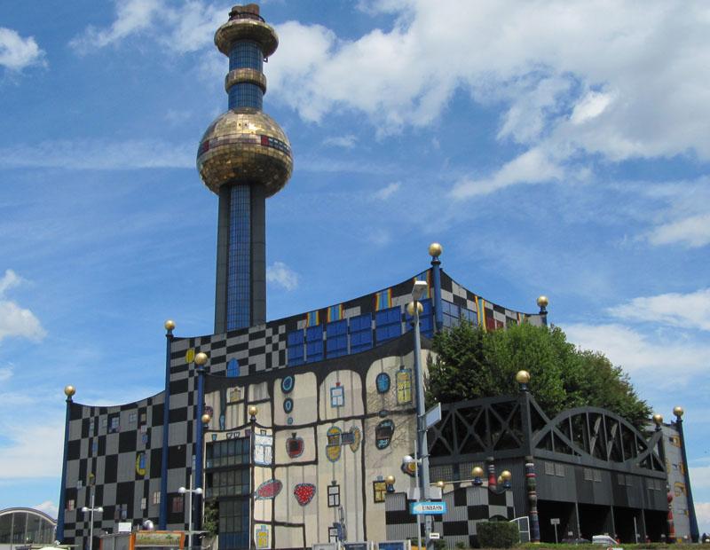 L'impianto di termovalorizzazione Spittelau a Vienna con la caratteristica facciata progettato da F. Hundertwasser.