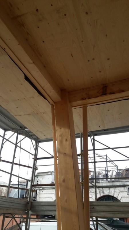 Il pilastro inclinato viene progettato in legno di dimensioni 20x20cm