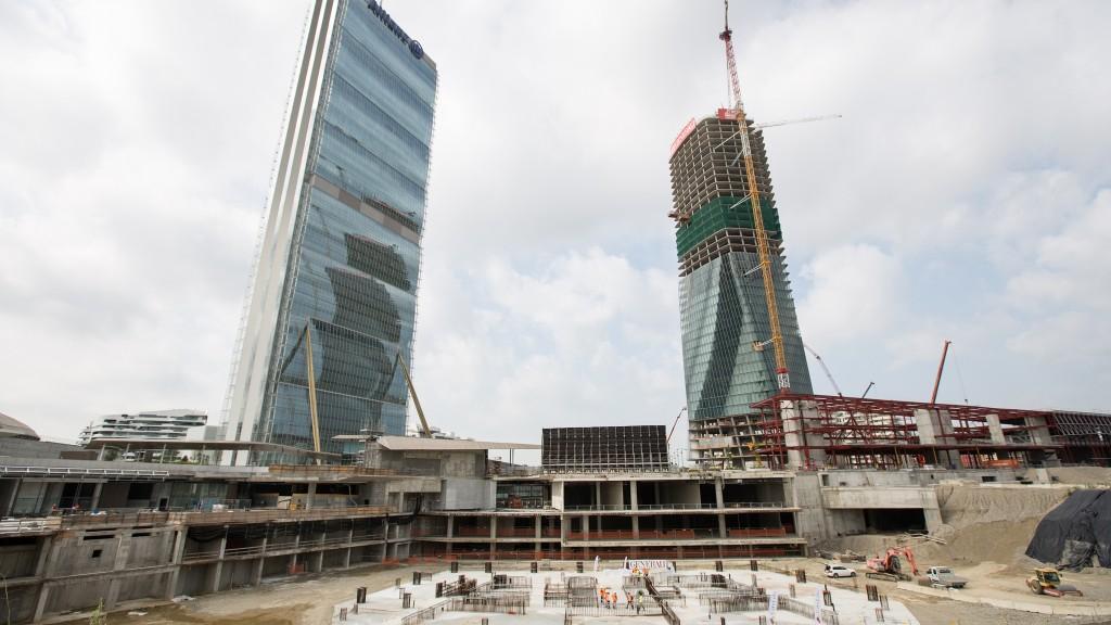 La torre Isozaki (a sinistra) e la Torre Hadid (a destra) fanno da sfondo al cantiere della Torre Libeskind a CityLife Milano