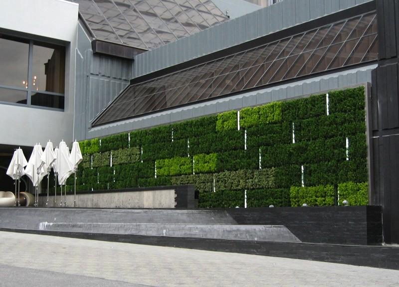 Atlanta (USA), W Hotel Midtown, Stephen Alton, 2008. La chiusura vegetata misura una superficie di circa 60 m² ed è stata posizionata a posteriori sulla facciata dell'albergo tramite l'integrazione della parete pre-esistente col pacchetto tecnologico d'inverdimento © G-SKY http:// gsky.com/projects/w-midtown-atlanta; 5.20 Green Fortune
