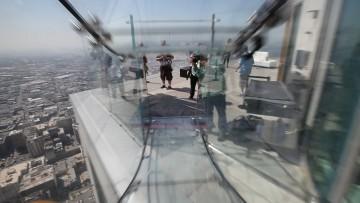 Ha aperto Skyslide, lo scivolo di vetro sull'edificio più alto di Los Angeles