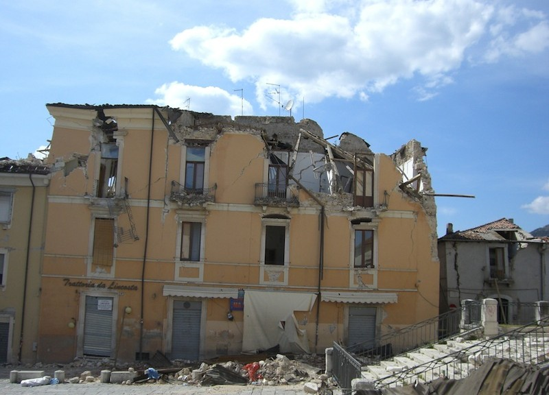 Collasso delle murature di un edificio storico per sisma (Foto Carlo Blasi)