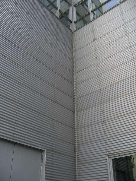 Premier 44_FIG 1_Rivestimento metallico ondulato fissato con rivetti a vista (Foto © Alessandro Premier)
