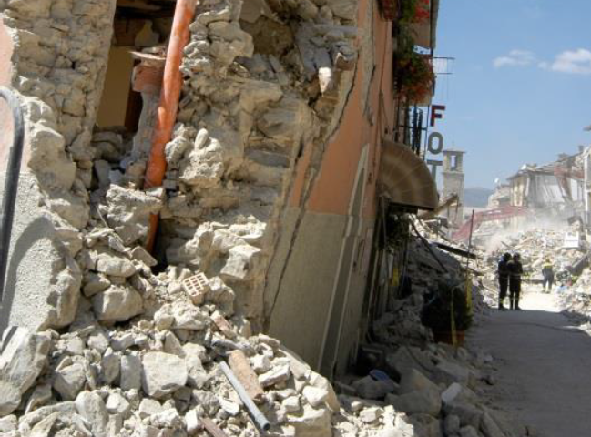 Edificio in muratura ad Amatrice. Evidente fuori piombo e disgregazione della parete muraria (fonte: Rapporto Reluis)