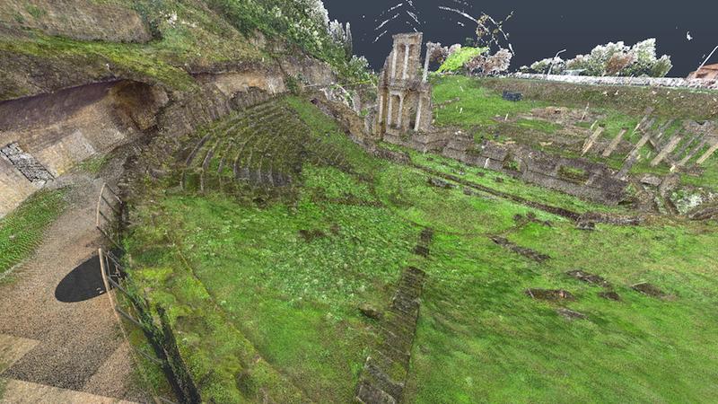 Modello BIM del Teatro Romano di Volterra, prodotto attraverso tre giorni di rilievi laser e foto da drone. Cinque miliardi di punti riconvertiti in Revit