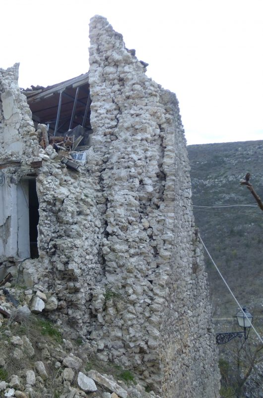 Crollo di muratura a sacco di grandi dimensioni (Foto Eva Coïsson)