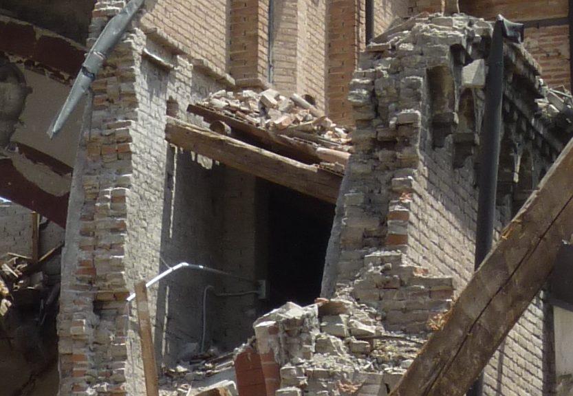 Crollo di muratura con paramenti non ben collegati (Foto Carlo Blasi)