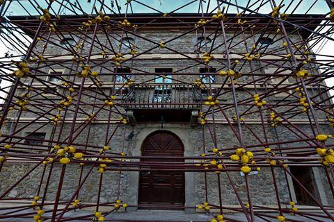 Puntellamento di un edificio di pregio storico a Grisciano, frazione di Accumoli (fonte: Protezione Civile)
