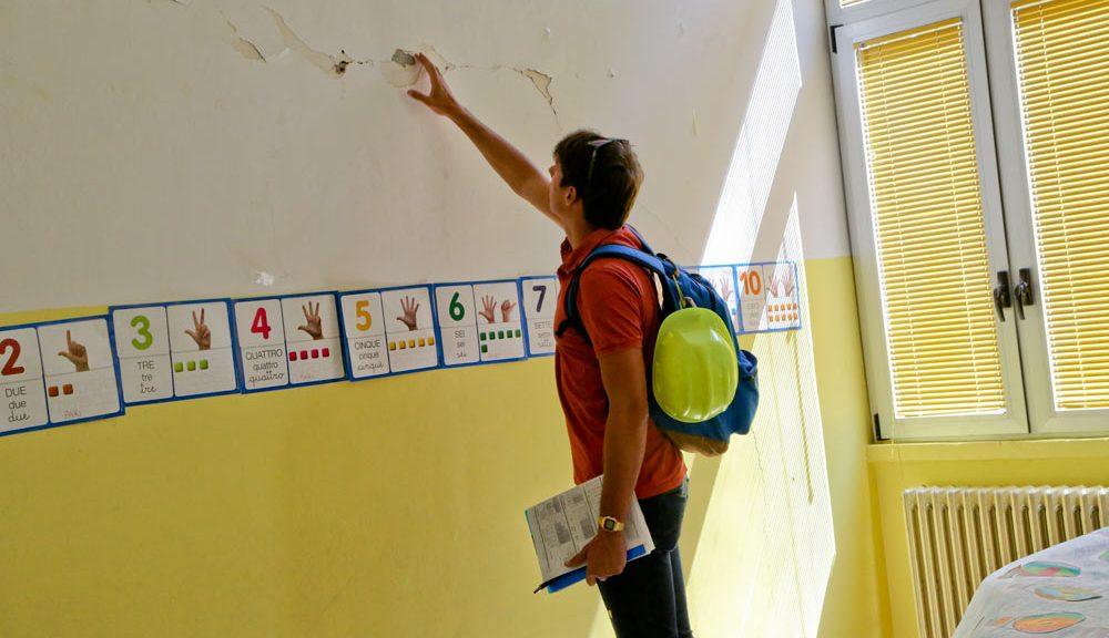Verifica di agibilità in corso in una scuola (Fonte: Protezione Civile)