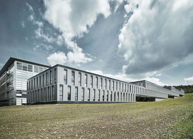Sede di tre dipartimenti scientifici, il nuovo edificio presenta un volume basso e allungato disposto a gradoni © Valentin Jeck