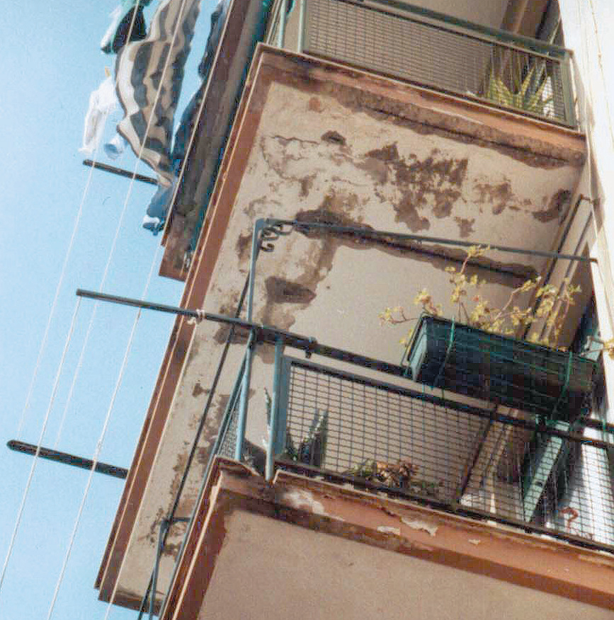 Franco 12_FIG 3_Degrado allÔÇÖintradosso dei balconi a sbalzo per infiltrazioni dÔÇÖacqua (Foto S. Lanzu)
