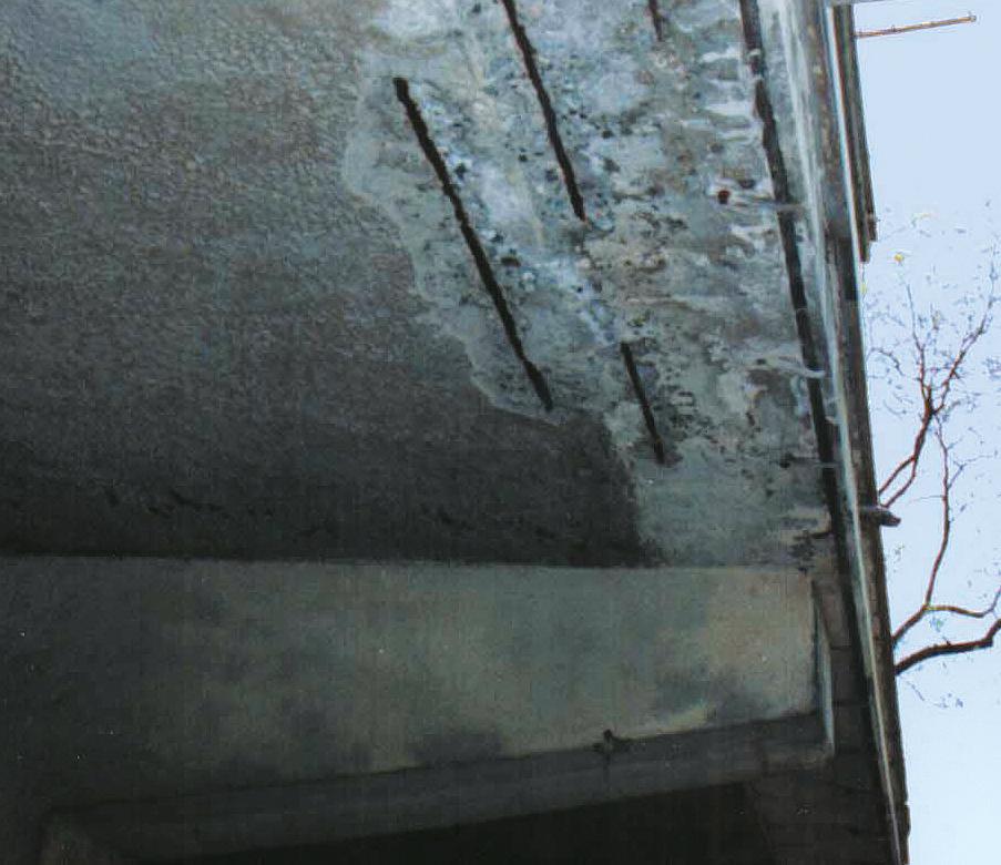 Franco 15_FIG 2_Degrado del calcestruzzo con corrosione dei ferri in un balcone (Foto S. Lanzu)