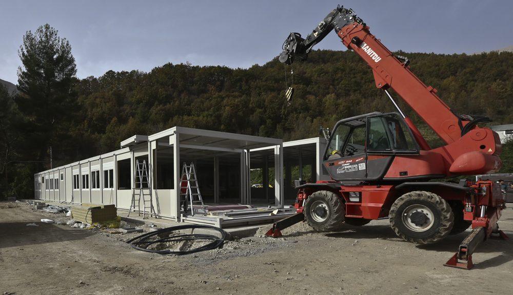 Il modulo scolastico provvisorio di Arquata in costruzione