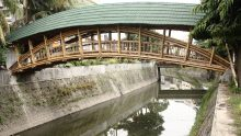 Il ponte in bambù progettato da Architetti senza Frontiere in Indonesia