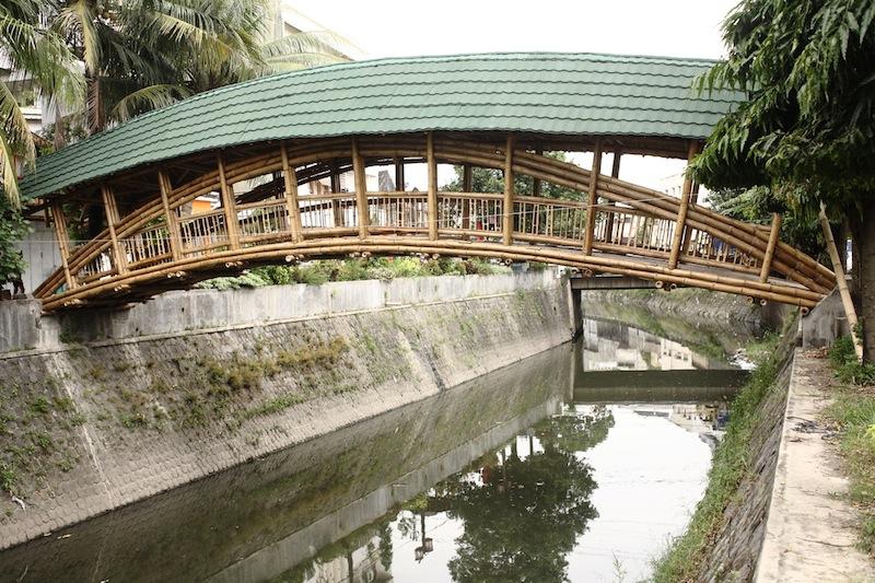Il ponte in bambù attraversa il fiume Kali Pepe a Solo, in Indonesia © Andrea Fitrianto/ASF-ID