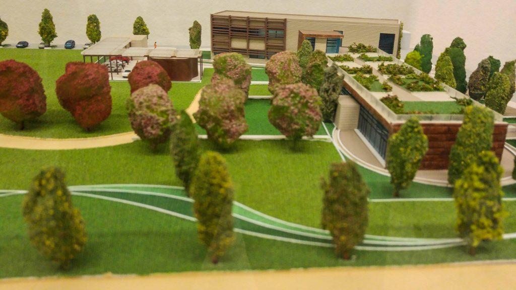"""Modello fisico del progetto preliminare dello Smart City Lab del Comune di Milano, che sorgerà in via Ripamonti 88 nel 2018. Questo nuovo servizio urbano diventerà un incubatore d'impresa per sostenere le start-up che lavorano su progetti di smart city e un hub urbano aperto al pubblico. L'area aperta e la porzione di strada che fronteggia l'edificio è il sito di progetto da sviluppare nel concorso di idee """"Immaginari della Città del Futuro: Rendere Visibile l'Invisibile"""" Il sito rientra anche nel distretto pilota del progetto europeo Sharing Cities"""