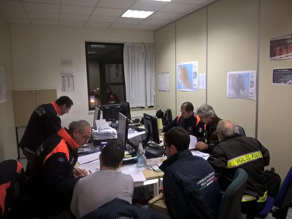 I funzionari Dicomac e i tecnici volontari Cni-Ipe consegnano a fine giornata le schede AeDES (C) Ingegneri.info