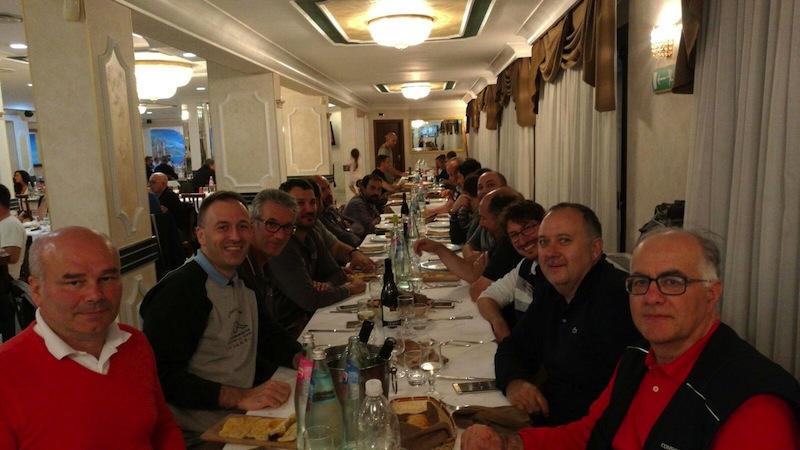 """Una """"foto di gruppo"""" dei volontari a cena, dopo una giornata di sopralluoghi"""