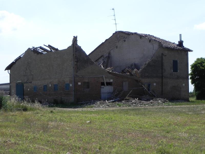 Coisson e Ottoni 2_FIG 3_Edificio fortemente danneggiato per flessione orizzontale fuori dal piano (Foto Coïsson e Ottoni)