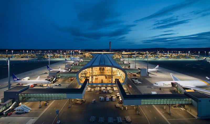 L'edificio dal tetto arrotondato, lungo circa 300 metri e proteso perpendicolarmente al terminal esistente, rappresenta il nuovo ampliamento dell'aeroporto di Oslo © Avinor Oslo lufthavn/Espen Solli