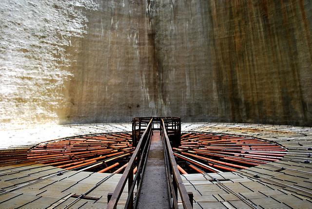 Dentro una delle Torri di raffreddamento di Lardarello © Malcolm Moore/Flickr.com