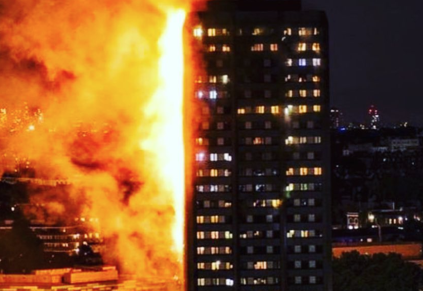 L'incendio alla Grenfell Tower all'alba del 14 giugno (fonte: Flickr Mémoire2cité)