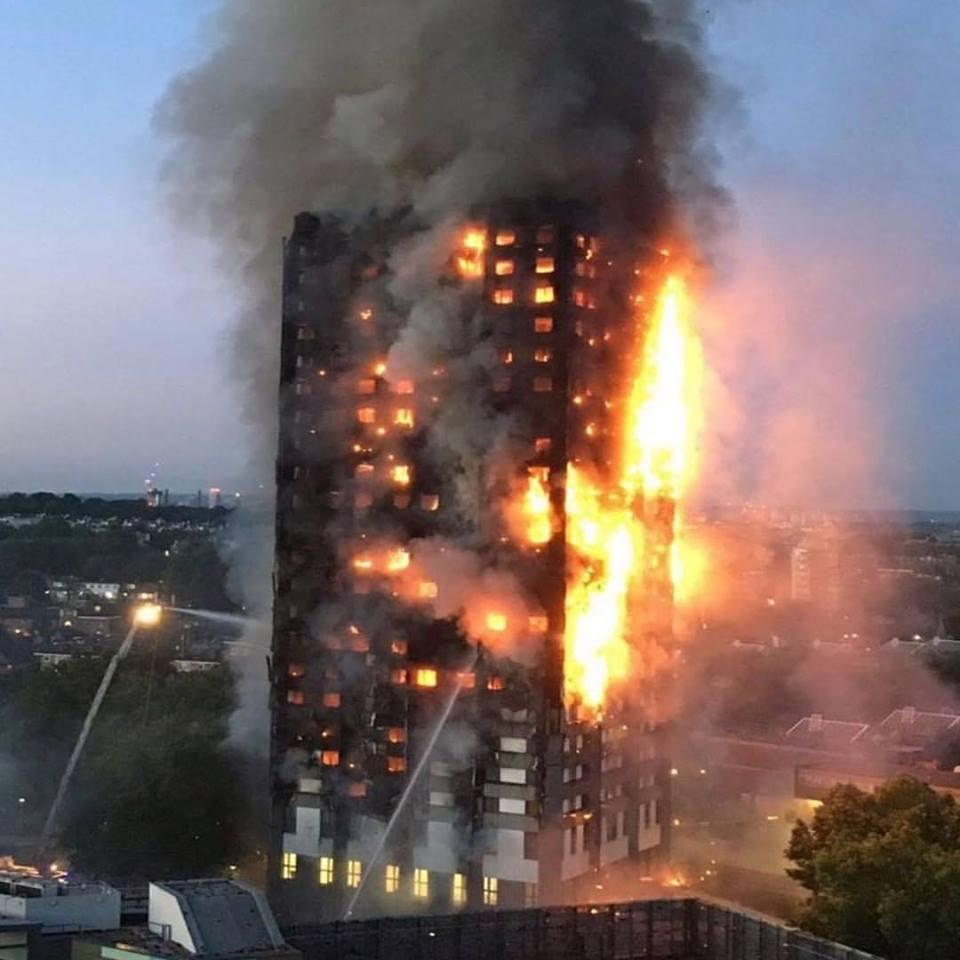 Parti intere di facciata che cadono al suolo in fiamme (fonte: Flickr Mémoire2cité)